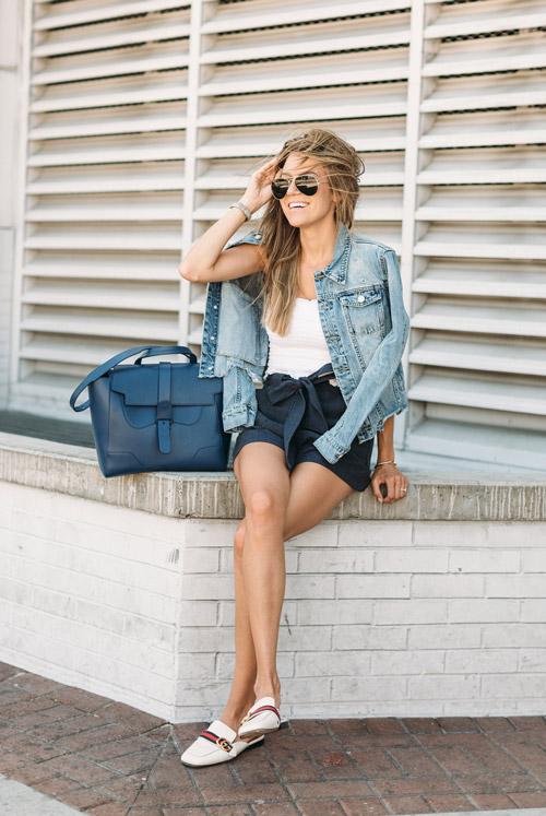 Модный блогер в шортах, топе и джинсовке hellofashionblog.com