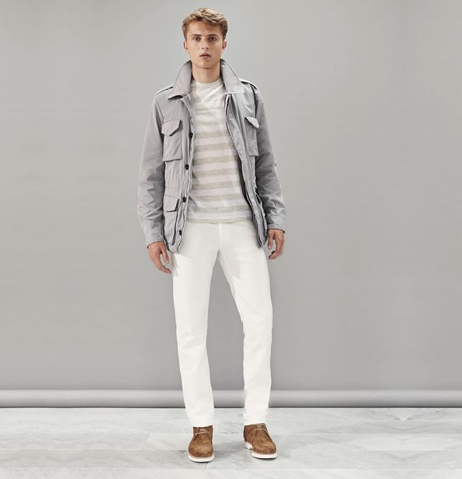 Мужчина в белых джинсах, полосатой футболке, коричневых ботинках и куртке
