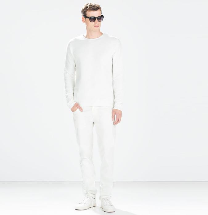 Мужчина в белых джинсах, белом лонгсливе и кроссовках
