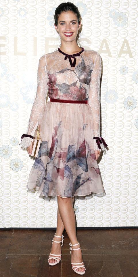 Сара Сампайо в романтическом платье с бордовой бархатной отделкой