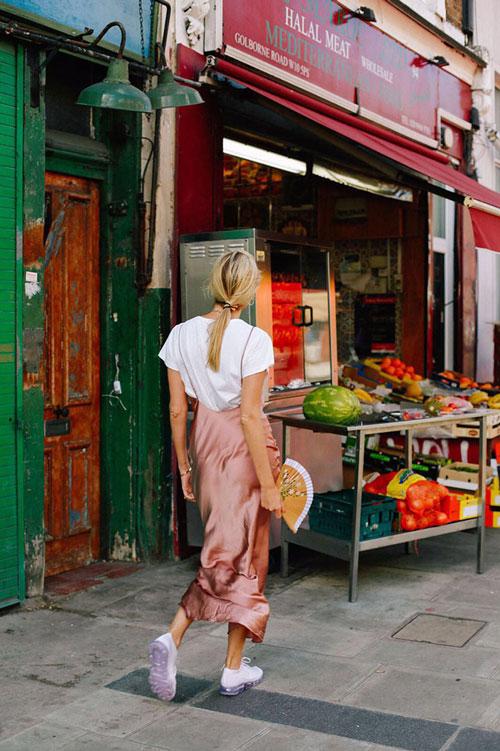 Стильная девушка в сарафане, кроссовках и кедах camillecharriere