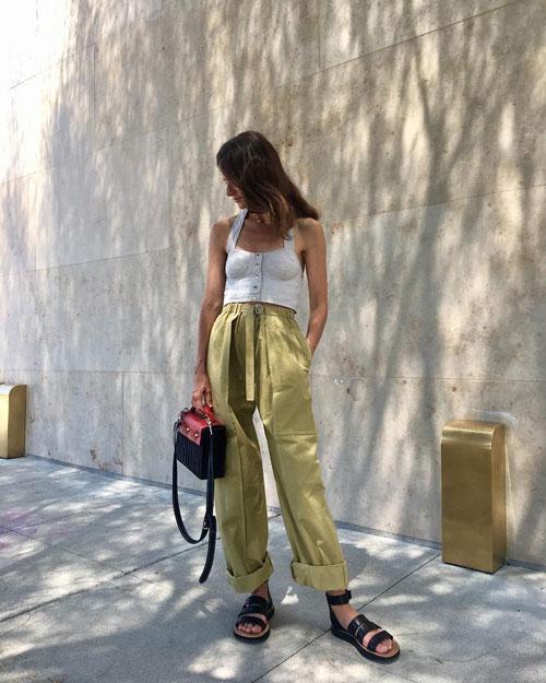 Стильный блогер в подвернутых брюках и топе lifeofboheme