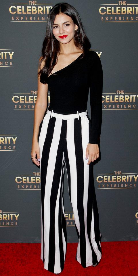 Виктория Джастис асимметричном топе и полосатых брюках