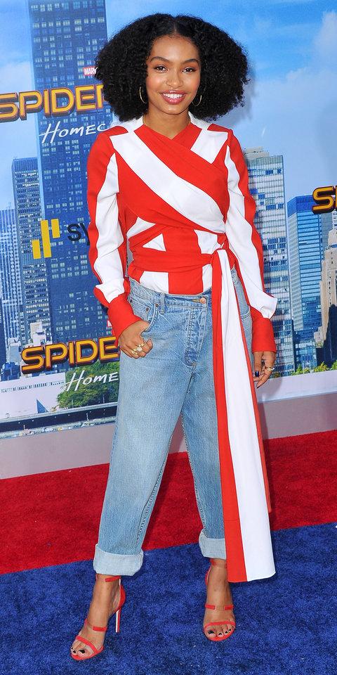 Яра Шахиди в джинсах и красно-белой блузке