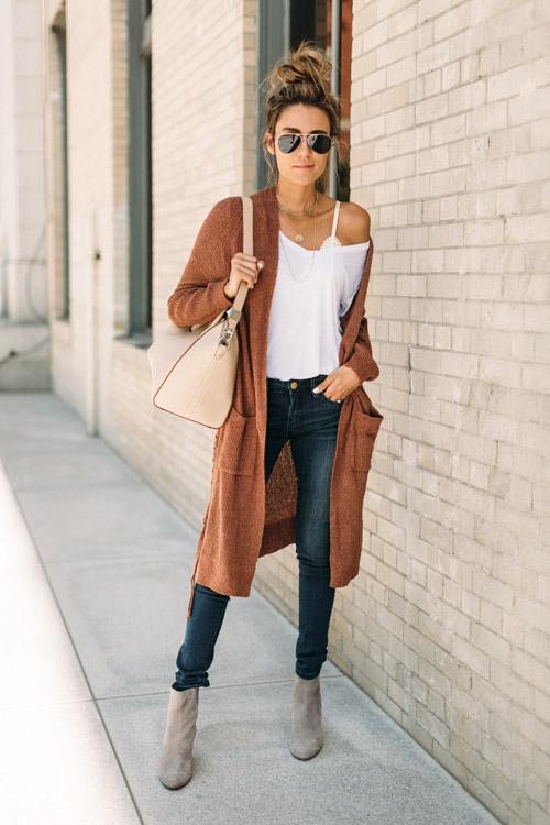 Блогер в белом топе, джинсах, серых ботильонах и удлиненном кардигане
