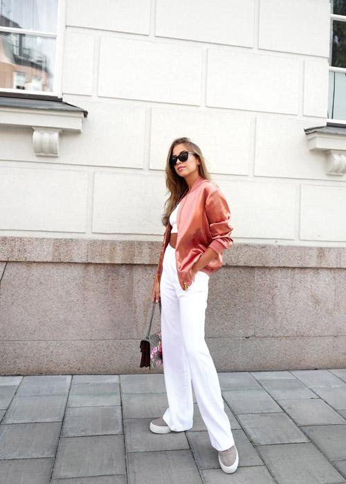 Блогер в белых брюках, свитшоте и розовом бомбере
