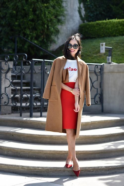 Блогер в красной юбке карандаш, белой футболке и красных лодочках