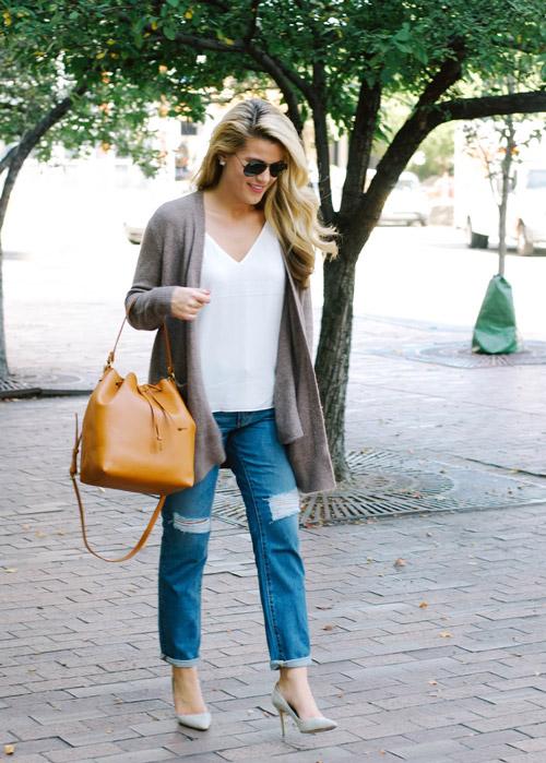 Блогер в рваных джинсах, лодочках и кардигане