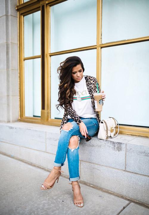 Блогер в рваных синих джинсах, белой футболке гуччи и леопардовом жакете