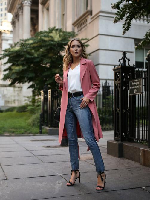 Блогер в серогрязных джинсах, белом топе, черных босоножках и лиловом пальто