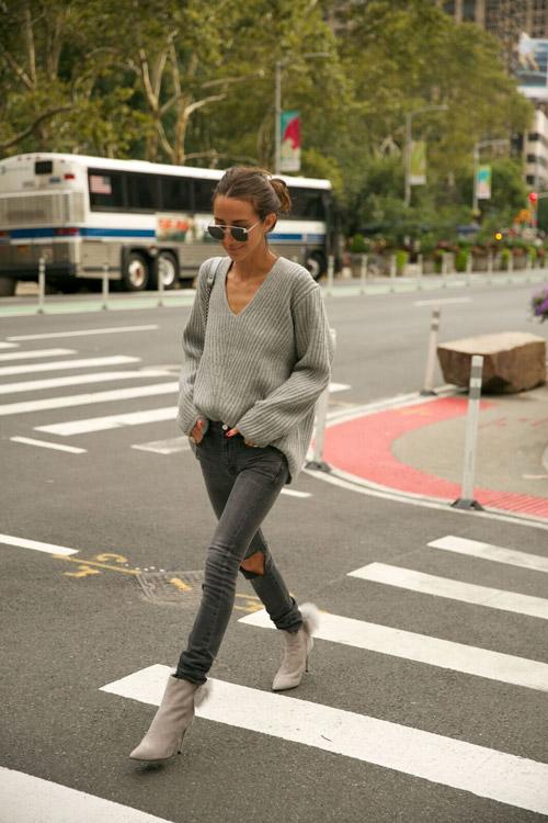 Блогер в серых джинсах, ботильонах и джемпере