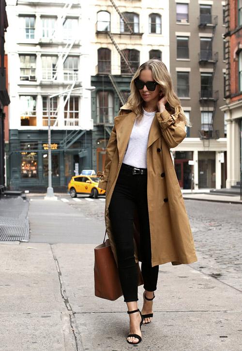Блогер в в белой футболке, черных джинсах, босоножках и плаще