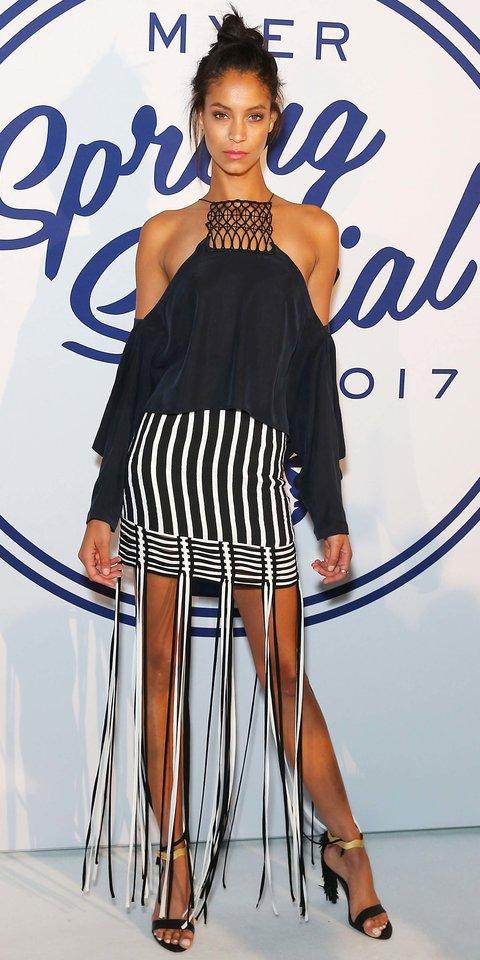 Chantal Monaghan в полосатой мини юбке и черной блузке