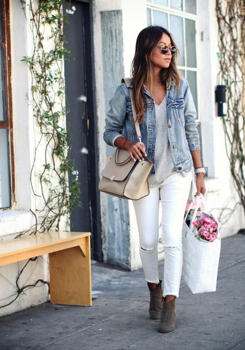 Девушка в белых джинсах, голубой джинсовке и ботильонах