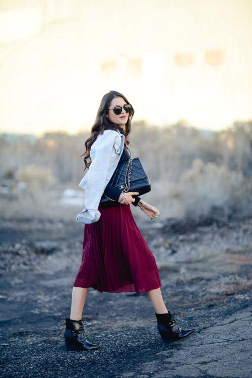 Девушка в бордовой плиссированной юбке, джинсовке и ботильонах