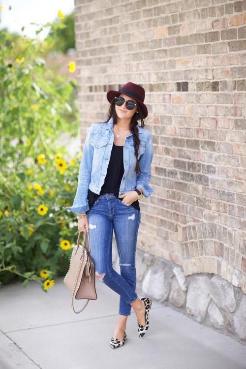 Девушка в черном топе, джинсовке и с шляпой на голове