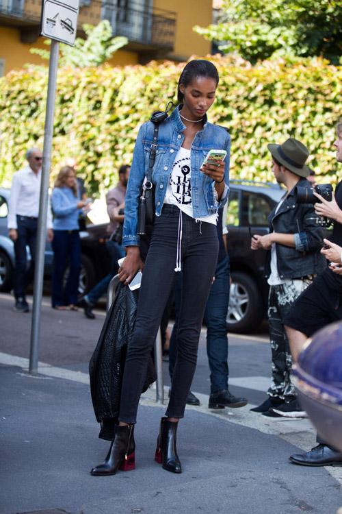 Девушка в черных ботильонах, джинсах скинни и джинсовке