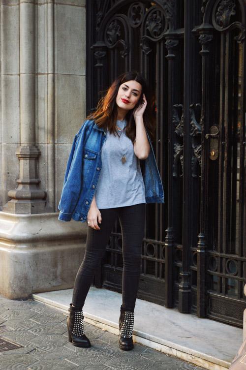 Девушка в черных скинни, ботильонах, сером топе и синей джинсовке