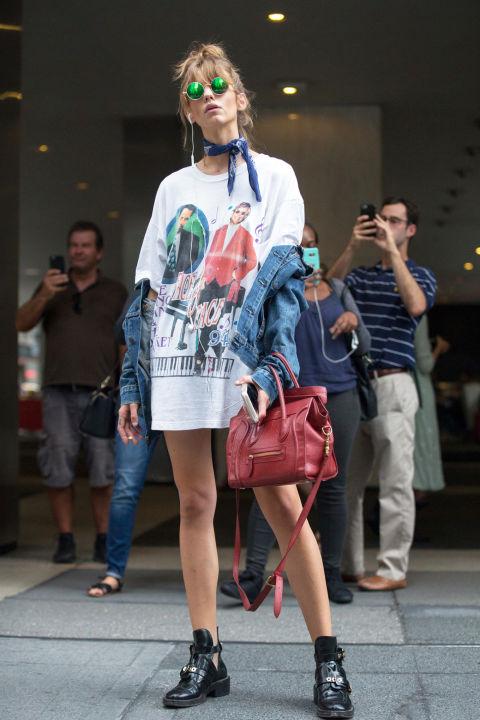 Девушка в длинной футболке, джинсовке и бандане на шее