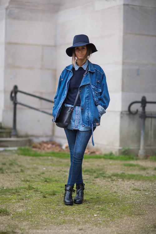 Девушка в джинсах, джинсовой куртке, шляпе и черных ботинках