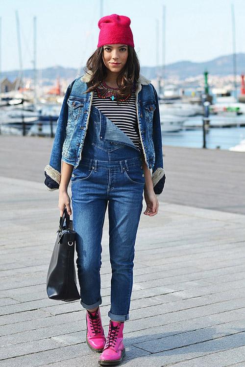 Девушка в джинсовом комбинезоне, джинсовке, розовых ботинках и шапке