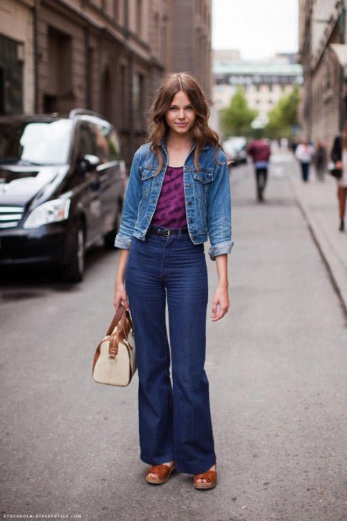 Девушка в фиолетовом топе, джинсах клеш и джинсовке