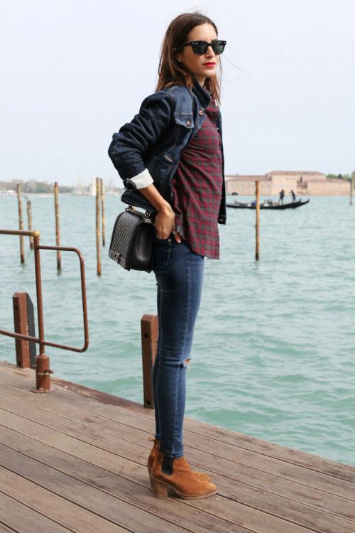 Девушка в клетчатой рубашке, джинсовке и коричневых ботильонах