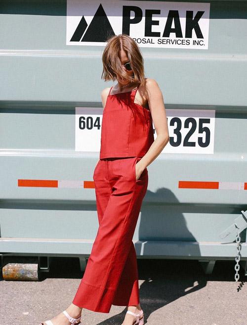Девушка в красных брюкахи топе.