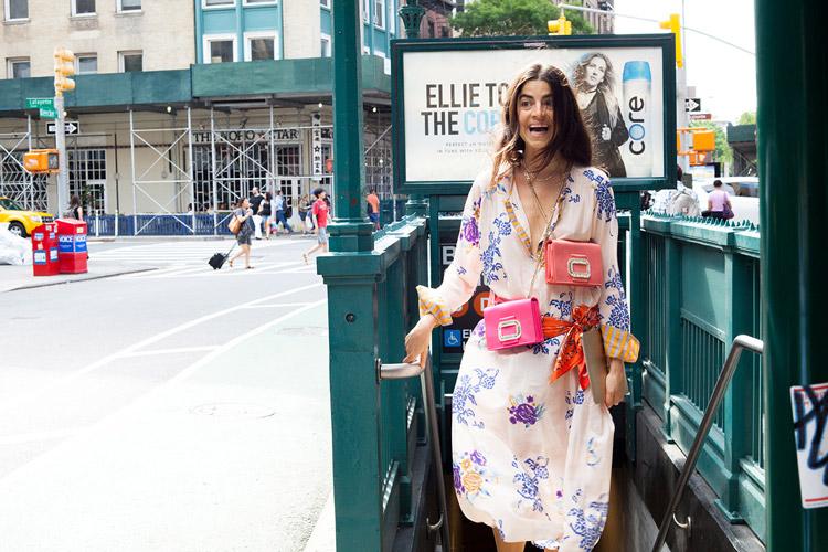 Девушка в летнем платье, платком на поясе и двумя сумочками.