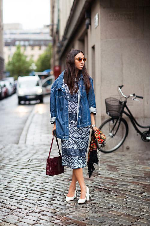 Девушка в платье с геометрическим узором, джинсовке и белых туфлях