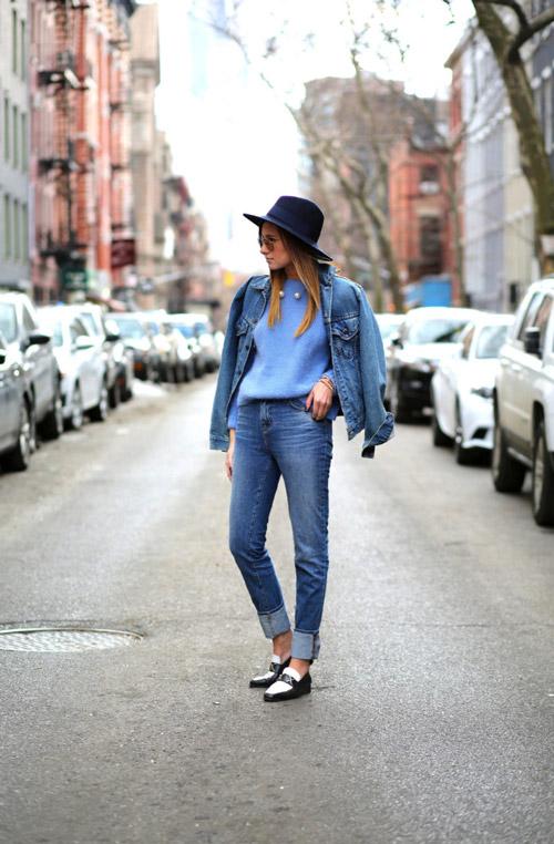 Девушка в подвернутых джинсах, голубом джемпере и джинсовке