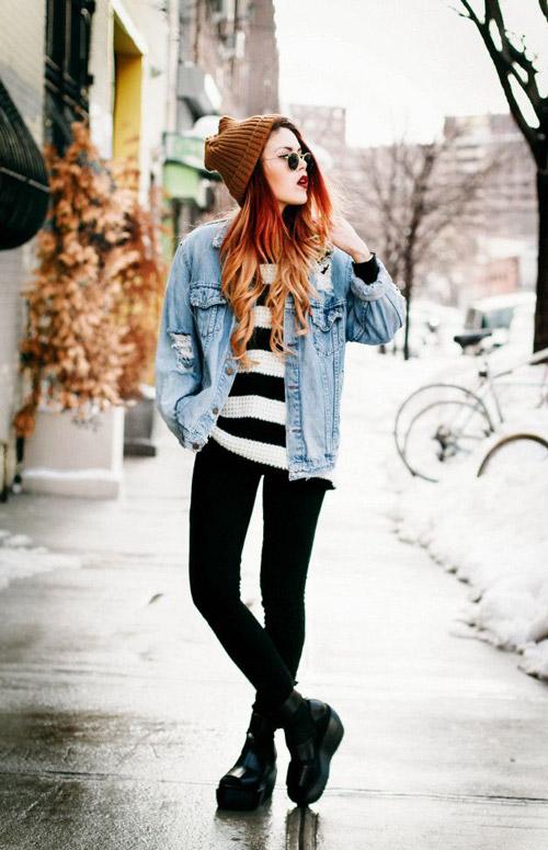 Девушка в полосатом свитере, джинсовке и ботинках на платформе