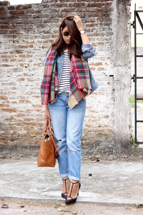 Девушка в полосатой футболке, джинсовке и с шарфом на шее