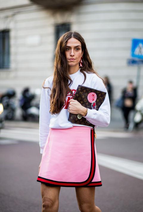 Девушка в розовой теннисной юбке и белой толстовке