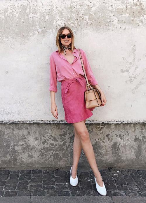 Девушка в розовой юбке и блузке.