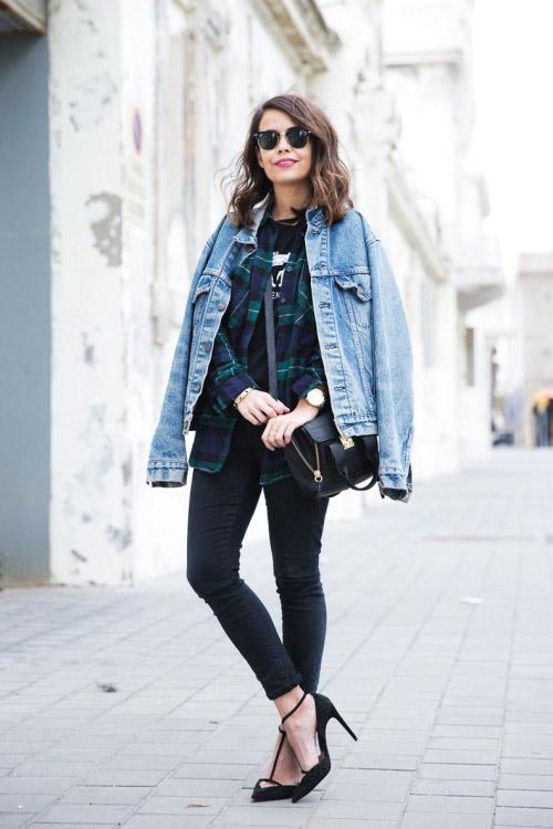 Девушка в рубашке, светлой джинсовке, темных джинсах скинии и черных лодочках