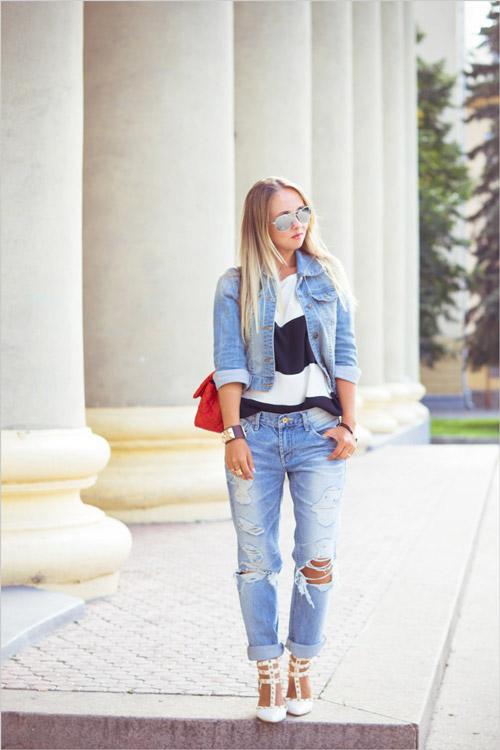 Девушка в рваных джинсах, полосатом топе и джинсовке