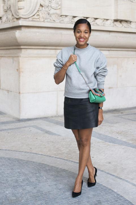 Девушка в серой толстовке и кожаной мини юбке