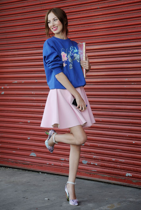 Девушка в синей толстовке с цветочным принтом и милой розовой юбочке