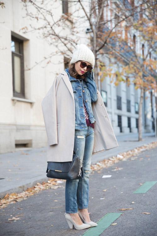 Девушка в свитере, джинсовке, пальто и шапке