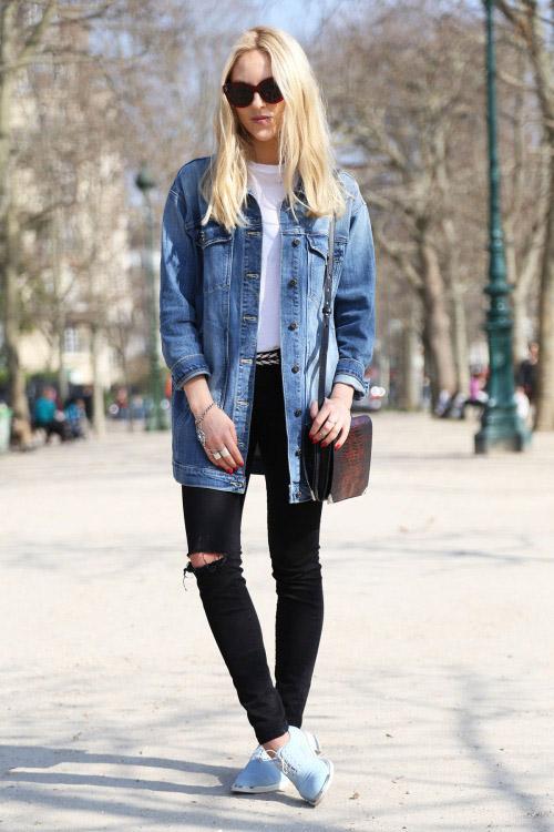 Девушка в темных джинсах, светлой джинсовке и милых ботиночках
