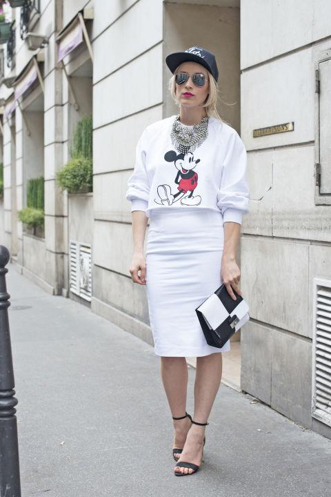 Девушка в толстовке с микки маусом и белой юбке карандаш