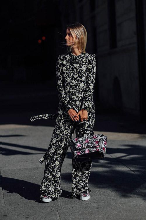 Девушка в цветочном комбинезоне.