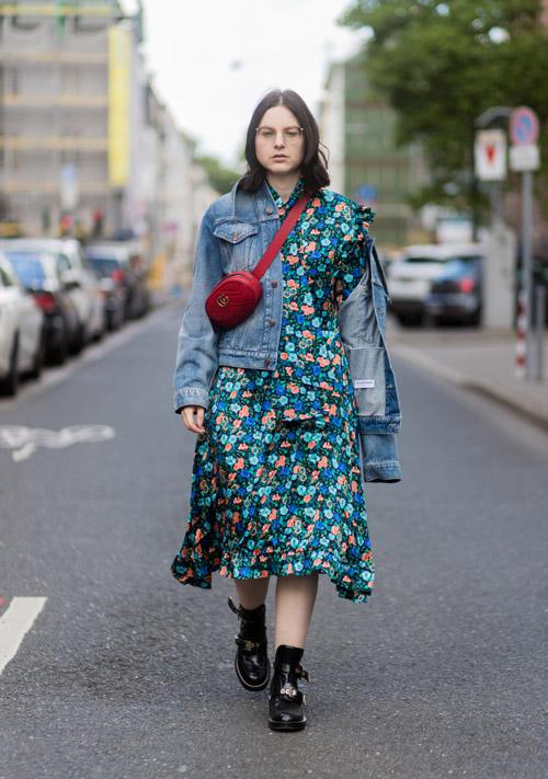 Девушка в цветочном платье, черных ботинках и джинсовке