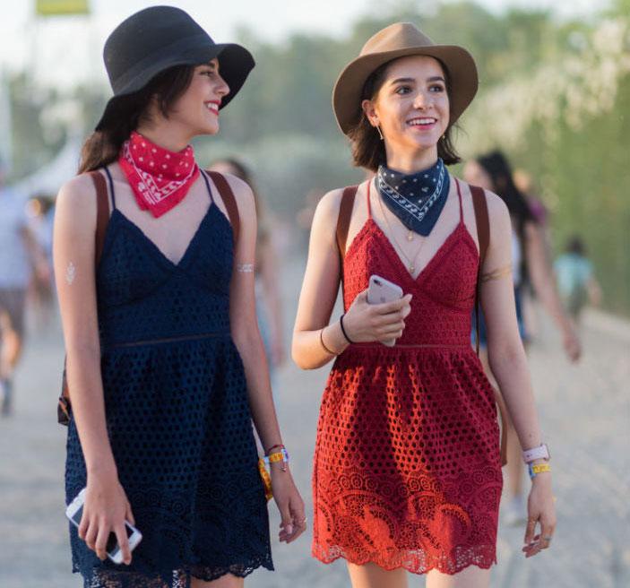 Девушки в легких платьях, шляпах и банданах на шее