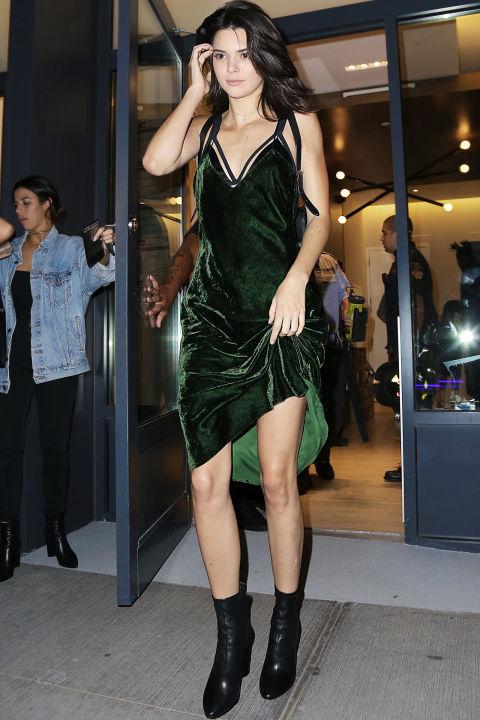 Кендалл Дженнер в бархатном зеленом платье и черных ботильонах