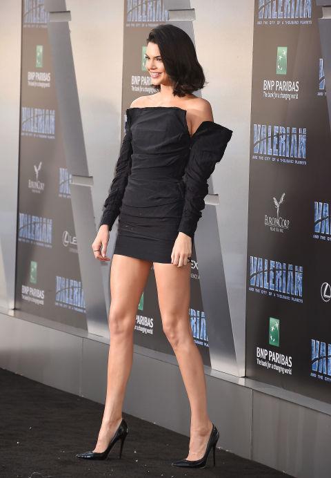 Кендалл Дженнер в черном мини платье с длинными рукавами, туфли лодочки