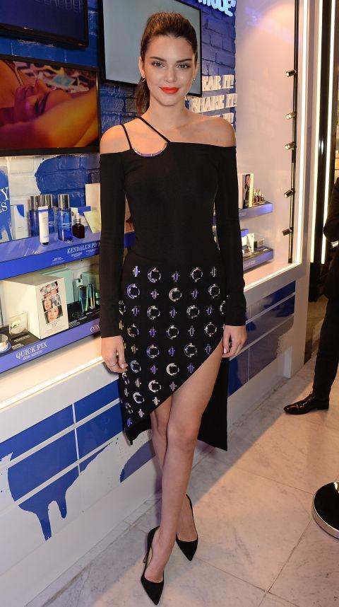 Кендалл Дженнер в черном платье с открытыми плечами и разрезом до бедра, черные лодочки