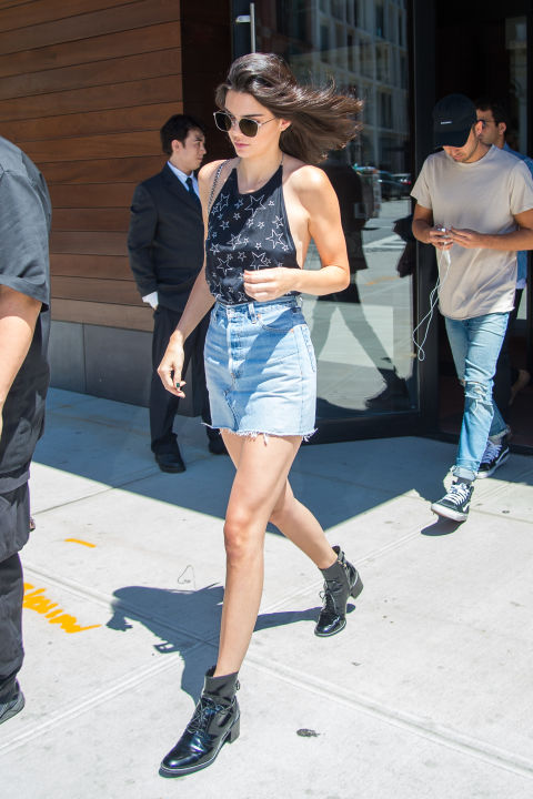 Кендалл Дженнер в джинсовой юбке, черный топ и ботинки