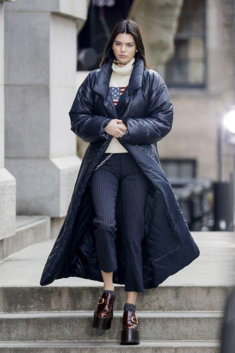 Кендалл Дженнер в капри в тонкую полоску, свитшот, длинный пуховик и ботинки на платформе